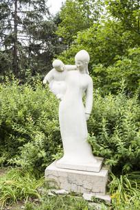 玩耍的母子雕塑