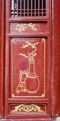 红木门上的金色花纹雕刻