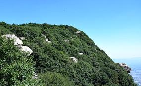 蓝天下的绿色山岭