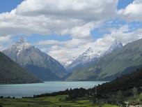 美丽的湖泊雪山风光