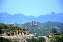 山岭上的寺庙远景图片