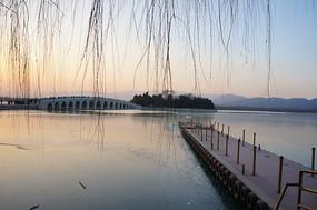 傍晚的颐和园码头与十七孔桥