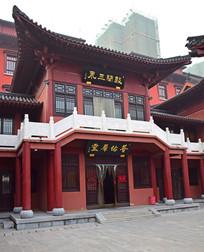 白色石围栏红色古建筑
