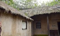 古旧的茅草房