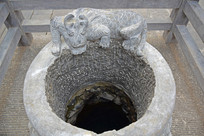 古老水井的井圈石雕刻