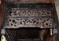 老房子上的卷曲纹木雕