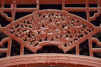 木质隔断上的镂空雕饰
