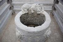 青石雕刻的井圈石图片