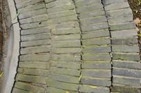 青砖铺设的弧形地面