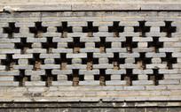 青砖墙上的十字空格