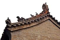 青砖瓦房上的屋脊雕饰