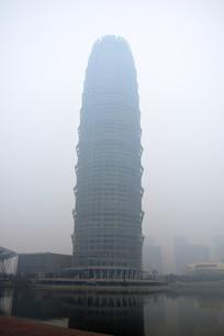 雾霾中的高层建筑