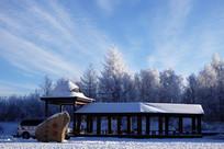 雪原树林雾凇雪景亭子