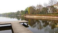 延伸到水面的木桥