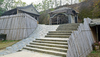 竹篱笆和青砖石阶
