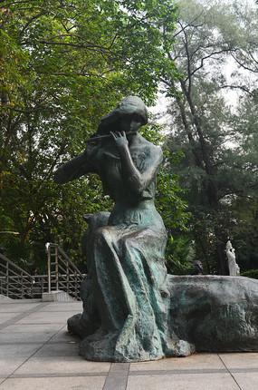 吹箫的少女人像雕塑