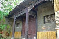 木雕装饰的青砖建筑