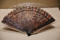 清代玳瑁雕庭院人物图折扇