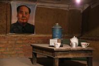 七十年代挂毛主席像的炕桌