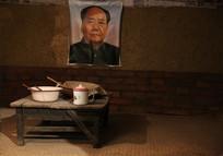 七十年代挂毛主席像的农家炕桌