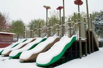 雪地里的儿童游乐设施