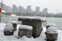 雪中石桌凳