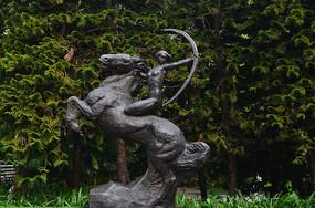 战马与少女人像雕塑图片