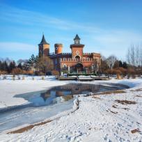 城堡河流冰雪倒影蓝天白云