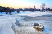旧渔船冰层冰花封冻河流