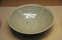 青白釉花卉纹碗
