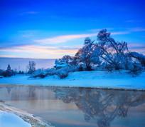 晚霞河流冰雪倒影