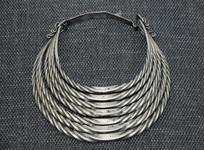 七层绞丝錾花银胸饰