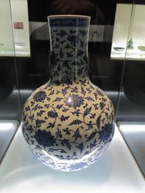 清乾隆青花缠枝莲纹天球瓶