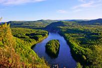 森林河流河心岛风景
