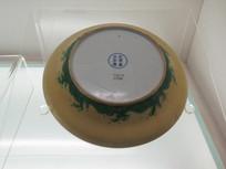 雍正款黄地绿釉海水纹盘