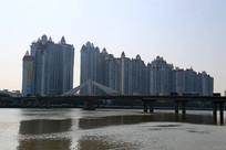 珠江岸边高层居民楼房