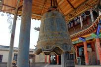 寺院里的一口古钟