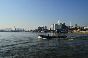 一艘大江上的船只
