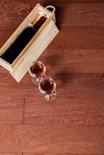 酒红色地板