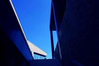 蓝天下的建筑夹缝
