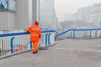 天桥上打扫的保洁