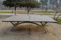 公园里的乒乓球桌