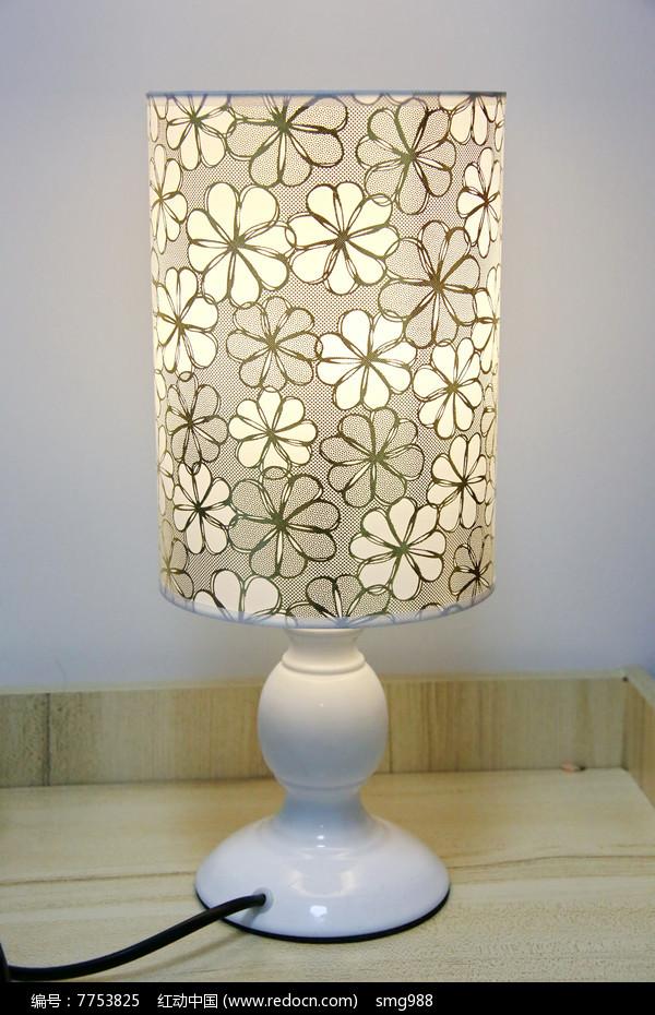 梅花纹灯罩台灯图片