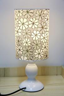 梅花纹灯罩台灯