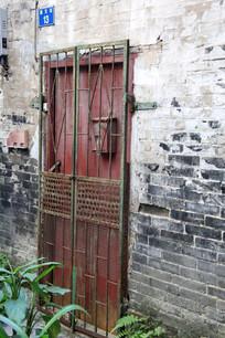 青砖红铁门背景