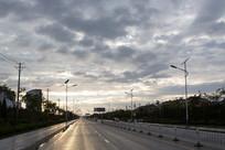 夕阳彩云下的城市道路