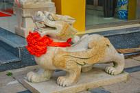 长翅带花的石狮子