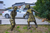 滚铁环女孩雕像