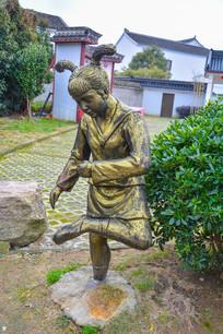 踢毽子的女孩雕像