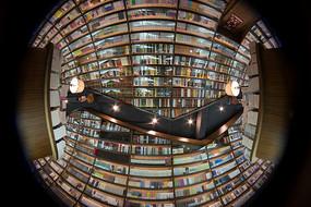 在钟书阁书店内仰拍